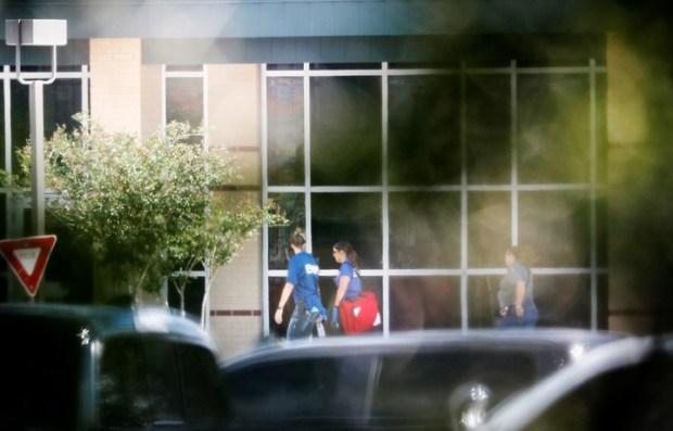Servicios de emergencia médica en las puertas del colegio, en Texas. / AP