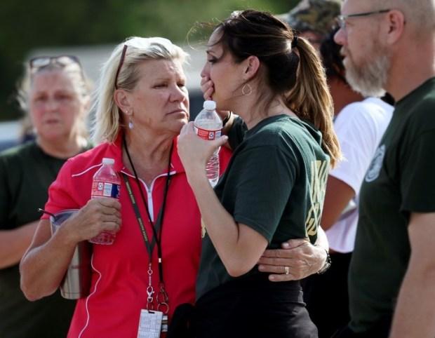 Docentes de la escuela reaccionan tras el tiroteo en Texas. / AP