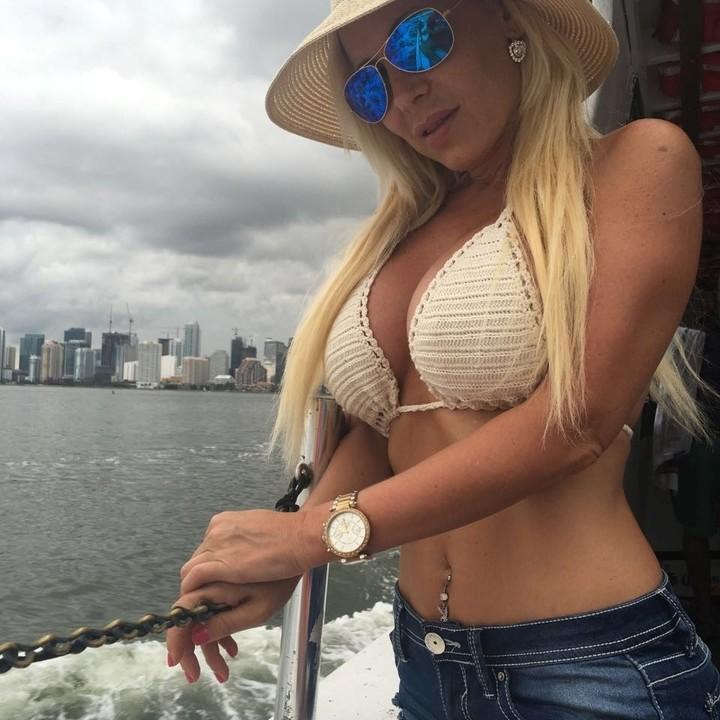 Roxana Susterman, la modelo y sexóloga que acompañaba a Cecilia Rivas al momento del robo de su celular por parte de motochorros.