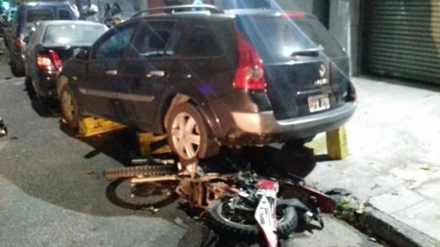 La moto de los motochorros perseguidos por modelos en Balvanera quedó debajo de un Renault Megane Rural.