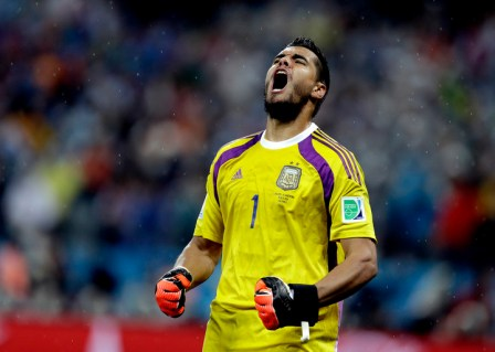 definicion por penales 09 07 14ARGENTINA VS HOLANDA Argentina's goalkeeper Sergio Romero reacts after stopping a shot by Netherlands' Ron Vlaar during a penalty shootout after extra time during the World Cup semifinal soccer match between the Netherlands and Argentina at the Itaquerao Stadium in Sao Paulo Brazil, Wednesday, July 9, 2014. Argentina defeated the Netherlands 4-2 in a penalty shootout after a 0-0 tie to advance to the finals. (AP Photo/Natacha Pisarenko) san pablo brasil sergio romero futbol campeonato mundial 2014 semifinales futbol futbolistas seleccion argentina holanda