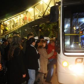 Problemas para viajar en tren: cómo funcionan los colectivos que van del San Martín al Mitre