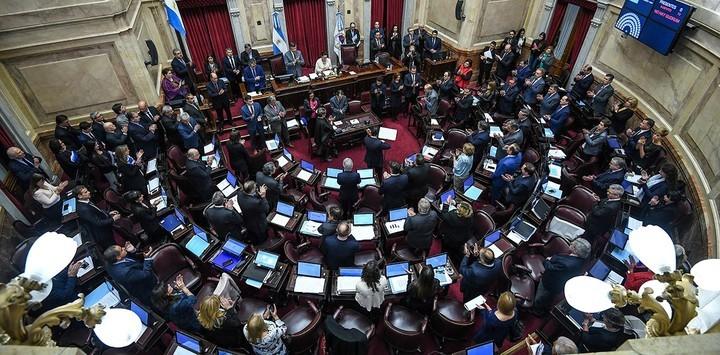 """Los senadores argentinos inician una sesión en la que debatirán un proyecto con el que la oposición busca frenar los aumentos en las tarifas de la luz y el gas y mandar así """"un mensaje político"""" al Gobierno de Mauricio Macri. (EFE)"""