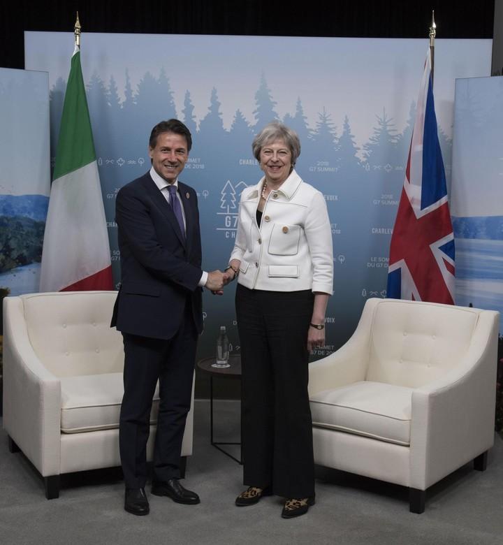 Saludos. El premier italiano, Giuseppe Conte, se encuentra con su colega británica, Theresa May, en la cita de Canadá (ANSA).