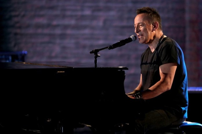 Bruce Springsteen, tocando en el Radio City Music Hall, en la noche del domingo.. FOTO: Michael Zorn/Invision/AP
