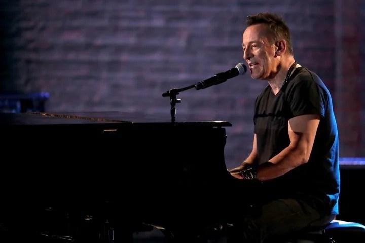 Bruce Springsteen, tocando en el Radio City Music Hall, en la noche del domingo.. FOTO: Michael Zorn/Invision/AP