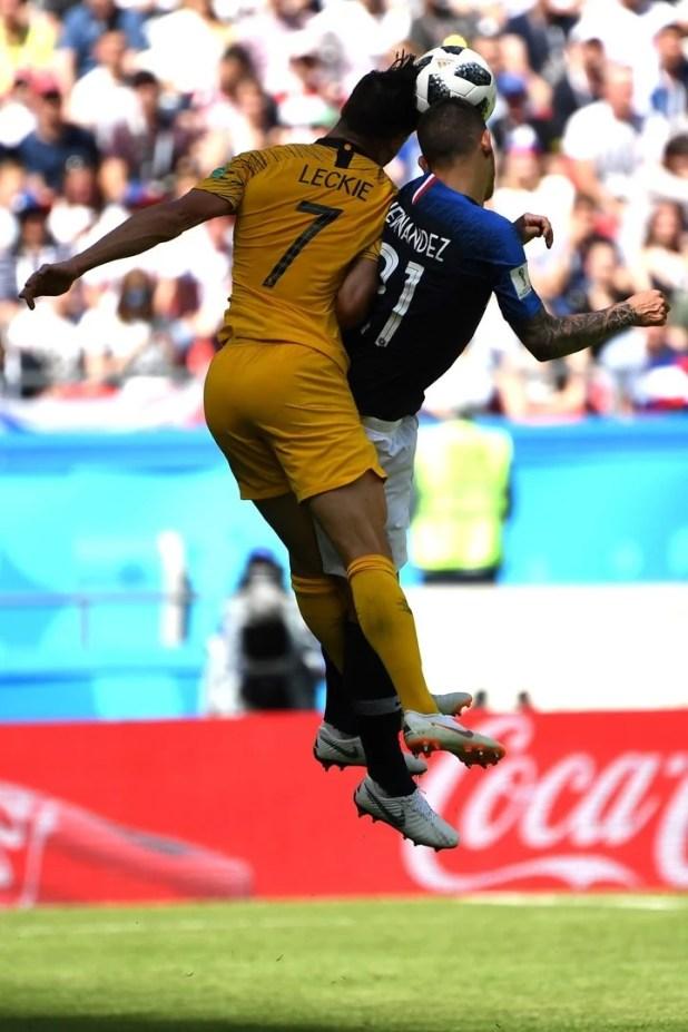 El delantero Mathew Leckie en el salto ante el lateral español-francés Lucas Hernández. (Foto DPA)