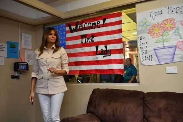Melania Trump usó la chaqueta al subir al vuelo que la llevaría a Texas. Tras aterrizar, se la vio con otro atuendo. (Foto: AFP)