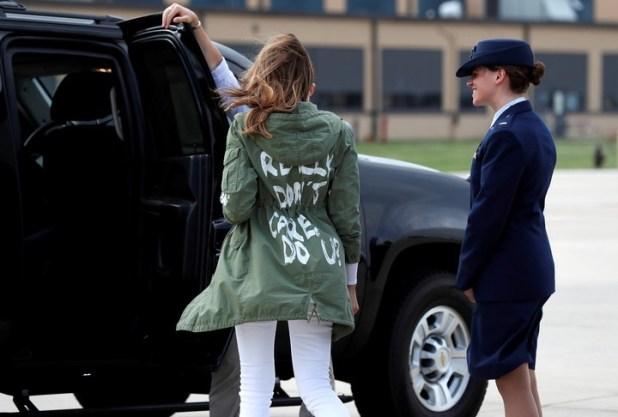 Melania Trump usó la chaqueta al subir al vuelo que la llevaría a Texas. Tras aterrizar, se la vio con otro atuendo. (Foto: AP)
