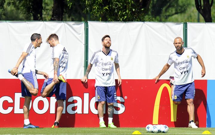 Caras distendidas en el entrenamiento de la Selección, a dos días del cruce con Francia. (Juano Tesone / Enviado especial)