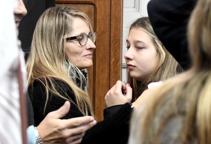 Nahir Galarza junto a su mamá en tribunales (José Almeida).