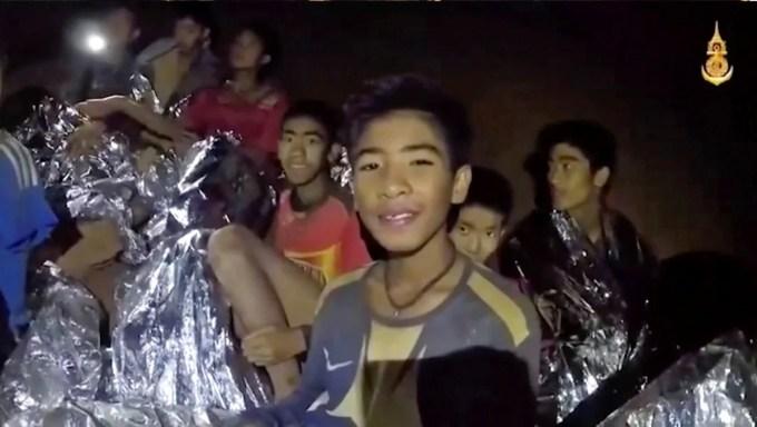 video proporcionado por la página de Facebook de la Marina Real Tailandesa, los niños sonríen mientras los médicos de la Marina Tailandesa ayudan. (AP)