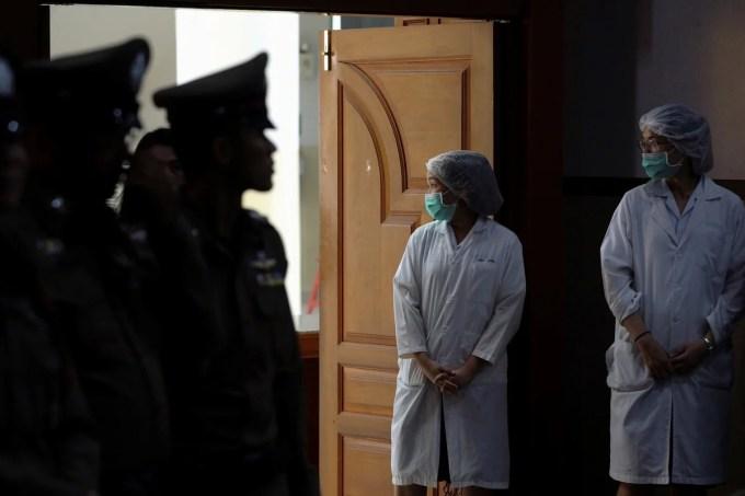 Oficiales de policía y enfermeras vestidos asisten a una conferencia de prensa en el hospital Chiang Rai Prachanukroh de Chiang Rai, Tailandia, el 10 de julio de 2018. (AP)