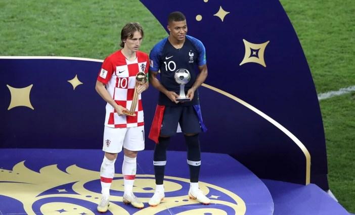 Luka Modric de Croacia y Kylian Mbappe de Francia, con sus premios individuales al final del partido final entre Francia y Croacia. (AP Photo / Thanassis Stavrakis)
