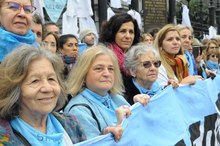 """Médicos y enfermeros hicieron un """"chaquetazo"""" en contra del proyecto de legalización del aborto, que ya tiene media sanción. (Silvana Boemo)"""