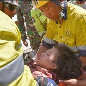 Después de dos días rescataron de entre los escombros a una superviviente del terremoto