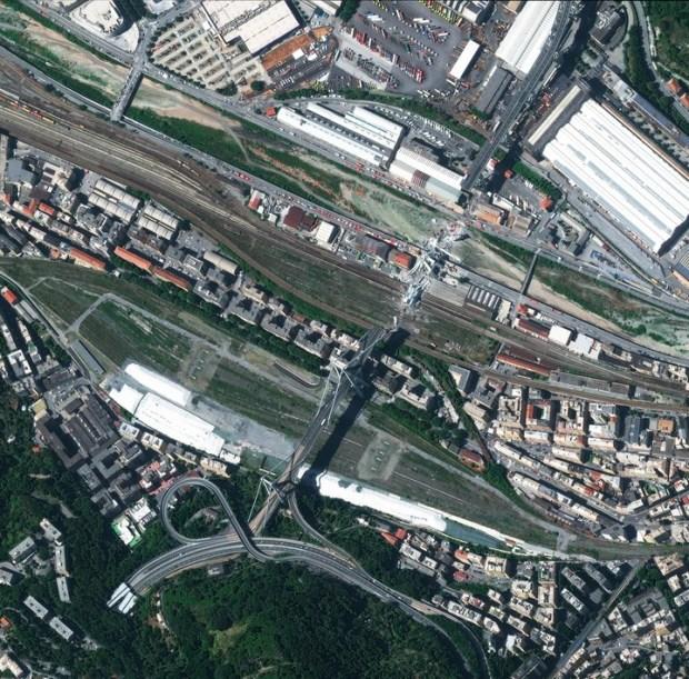 Vista aérea. Fotografía cedida por la Agencia Espacial Europea, que muestra una imagen vía satélite del puente Morandi tras su derrumbe. (EFE)