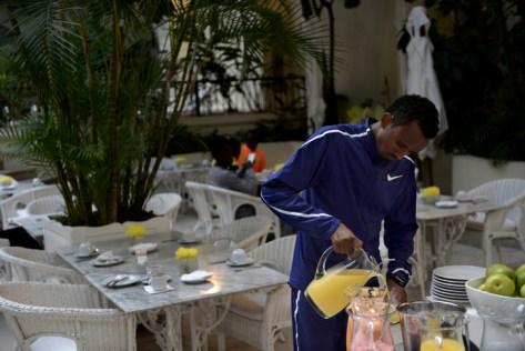 Mosinet Geremew se sirve jugo de naranja en el desayuno previo al entrenamiento. Foto: Emmanuel Fernández
