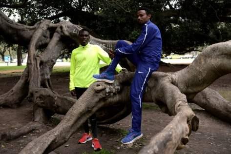 Los atletas Bedan Karoki y Mosinet Geremew, en el Parque 3 de Febrero, en la producción para Clarín. Foto: Emmanuel Fernandez