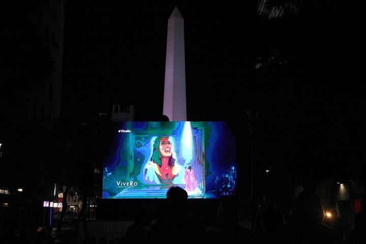 Los que no consiguieron entradas, siguieron el show en la calle, desde una pantalla gigante. (Foto: Fernando de la Orden)