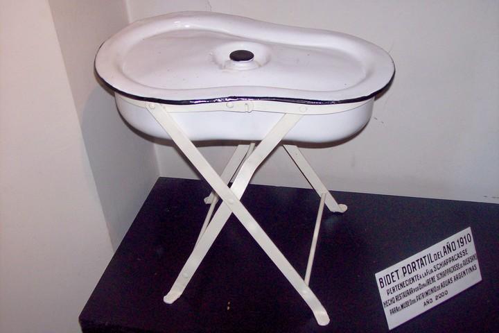 Un bidet portátil de 1910, exhibido en el Museo del Agua y de la Historia Sanitaria de AySA. Foto: Creative Commons