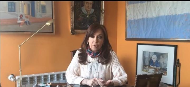 """Cristina Kirchner denunció que le llevaron objetos de arte durante el allanamiento a su casa de El Cafalate, en el marco de la investigación sobre """"los cuadernos de las coimas""""."""