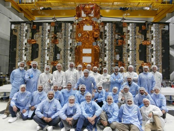 Una parte del equipo de científicos argentinos (fueron unos 800 en total) que participaron de la construcción del satélite Saocom.