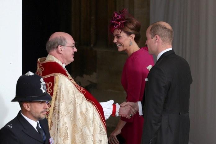 William y Kate saludan al sacerdote que ofició la ceremonia (Reuters)