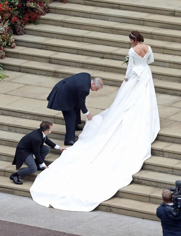 Larga cola. La novia, al entrar a la iglesia (AP)