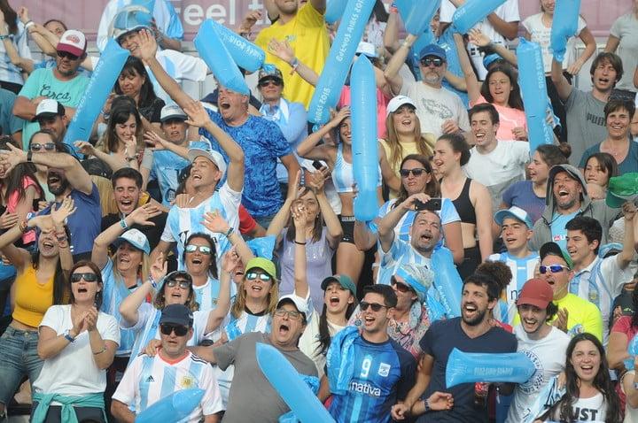 Las tribunas llenas para seguir el beach handball. Foto: Guillermo Rodríguez Adami