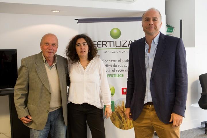 De izquierda a derecha, Luis Ventimiglia (Inta 9 de Julio), Fernanda González Sanjan y Jorge Bassi (Fertilizar).