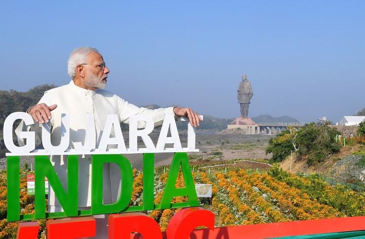 El premier Narendra Modi posa con la Estatuta de la Unidad detrás. / AFP