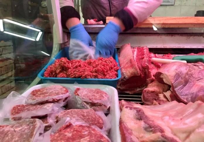Hay que tener especial cuidado con el punto de cocción de la carne, sobre todo con la picada. (REUTERS/Marcos Brindicci)