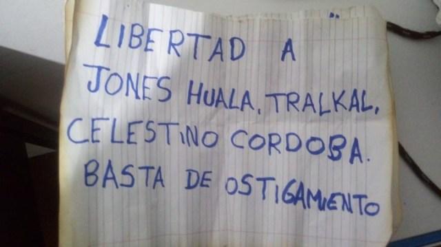 Una de las notas pidiendo la libertad de Jones Huala en Chile.