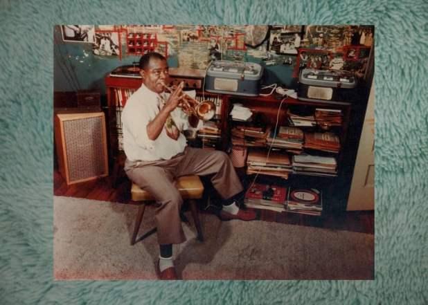 Louis Armstrong en su casa en 1958. La casa en la ciudad de Nueva York, ahora un museo, permanece como la dejó en 1971.  (Charles Graham; Nathan Bajar para The New York Times)