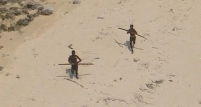 Sentineleses atacando un helicóptero. (Indian Coastguard)