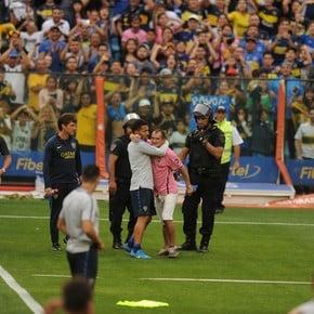 """""""Bombonerazo"""": Carlos Tevez rescató a un hincha que se metió al campo de juego y se ganó otra ovación"""