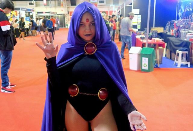 Una joven posa con su disfraz de Raven, de Teen Titans, durante la décima edición de la convención Argentina Comic Con.