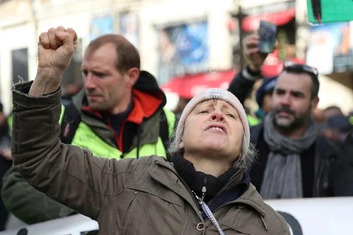 Un manifestante frente a los policías. (AFP)