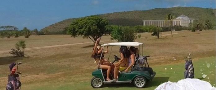 El crucero lleva a los pasajeros a una isla en la que se puede jugar al golf al estilo más descontrolado.