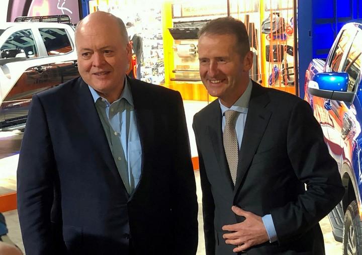 Los presidentes de Ford y Volkswagen, Jim Hackett y Herbert Diess, juntos en el Salón del Automóvil de Detroit. REUTERS/Ben Klayman