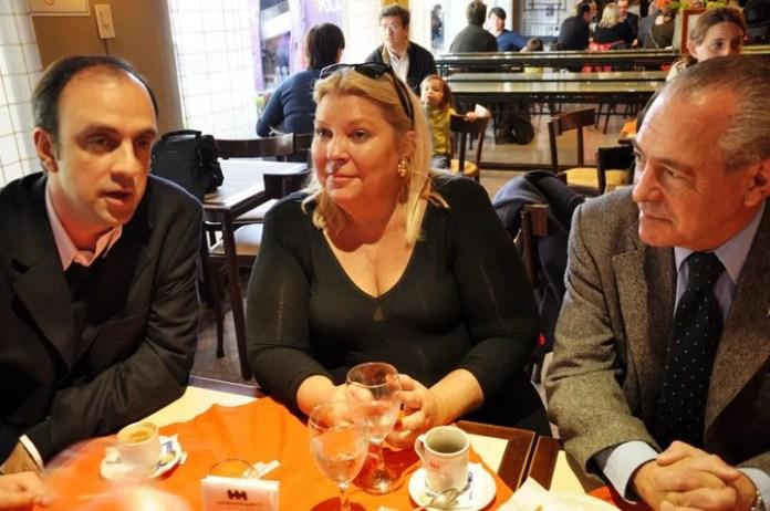 Elisa Carrió junto José Corral y Mario Barletta en 2011. La líder de la CC resiste al primero y empuja al segundo.