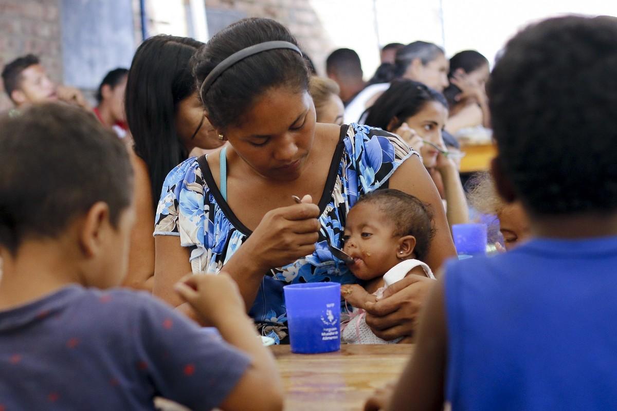 Una venezolana alimenta a su hijo en el refugio para migrantes Divina Providencia en la frontera con Venezuela Foto: Schneyder Mendoza / AFP