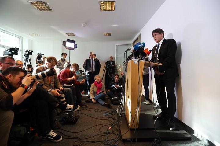 """El ex presidente catalán Carles Puigdemont ofrece una rueda de prensa, este martes, en la delegación de la Generalitat en Berlín, Alemania, con motivo del comienzo del juicio sobre el """"procés"""" en el Tribunal Supremo (EFE)."""
