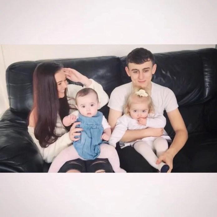 Emmalouise, su pareja Sean y sus hijas Ciara y Caoimhe.