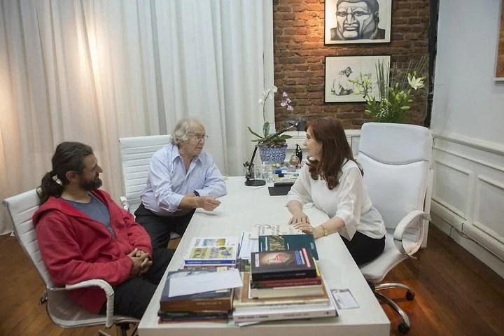 La oficina de Cristina Kirchner en el Instituto Patria. En una reunón con Adolfo Pérez Esquivel y Juan Grabois.