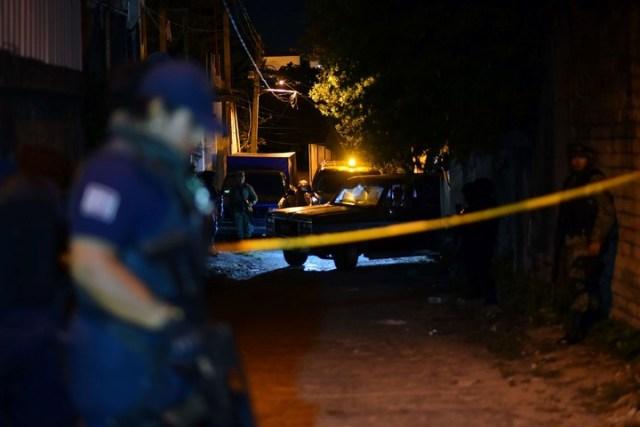 La policía en el lugar del ataque donde murieron 13 personas. ( ANGEL HERNANDEZ / AFP)