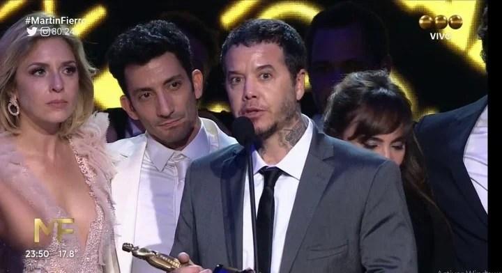 """Sebastián Ortega, con el premio de """"100 dias para enamorarse"""" a Mejor Ficción."""