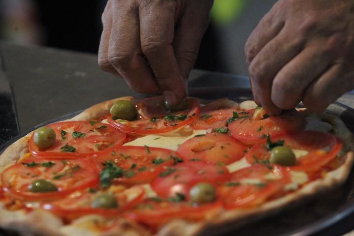 Pizza. Una exquisita comida que tiene muchos fanáticos. (Foto: archivo EFE).