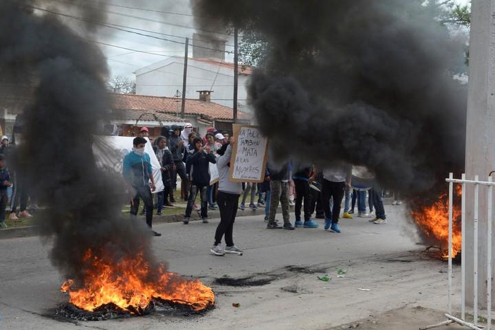 La Policía también mata a la mujeres, dice el cartel que sostiene uno de los manifestantes durante los disturbios de este lunes. (El Liberal)